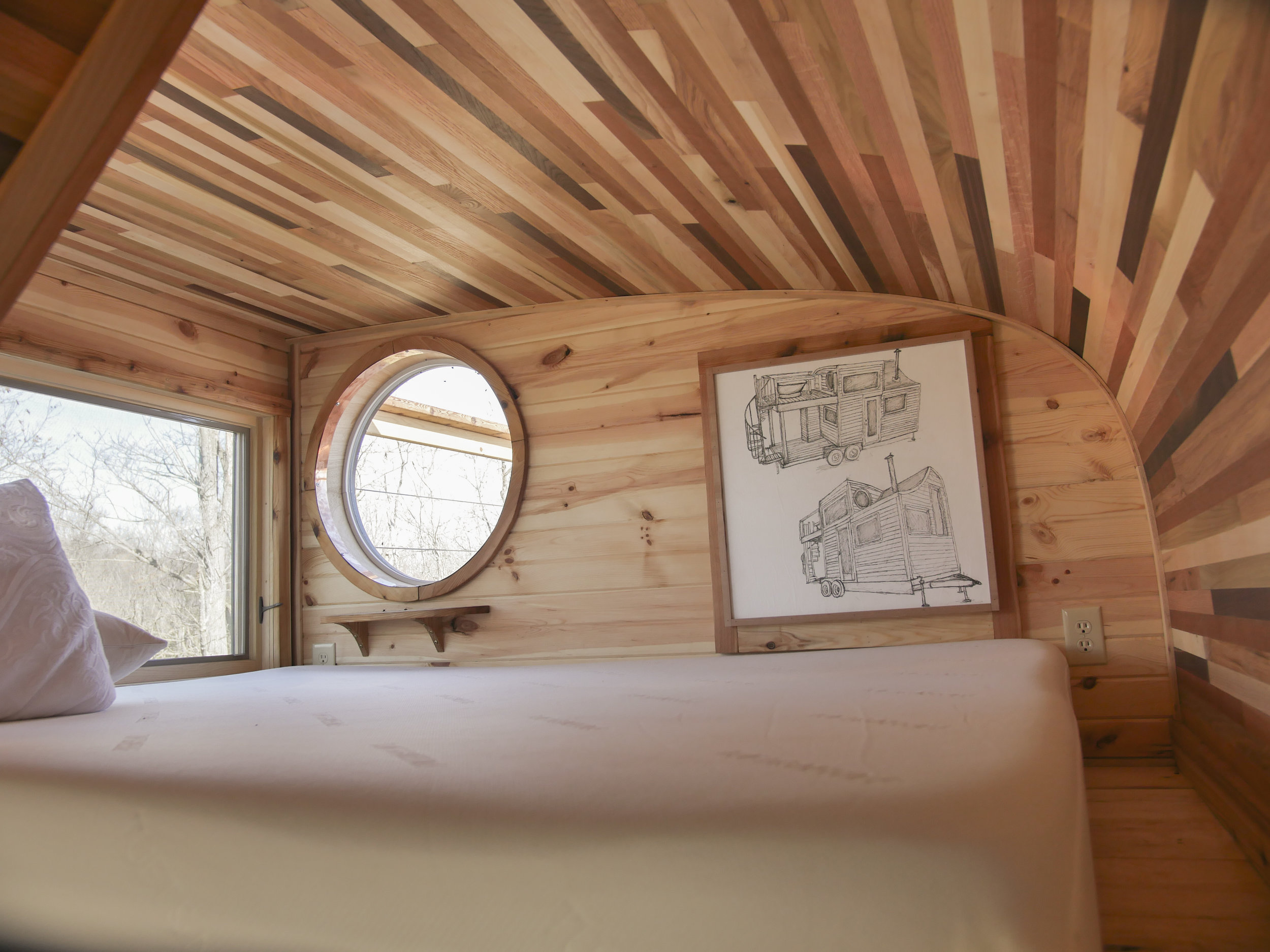 Honey On The Rock - Loft Bed with Curved Ceiling and Round Windows