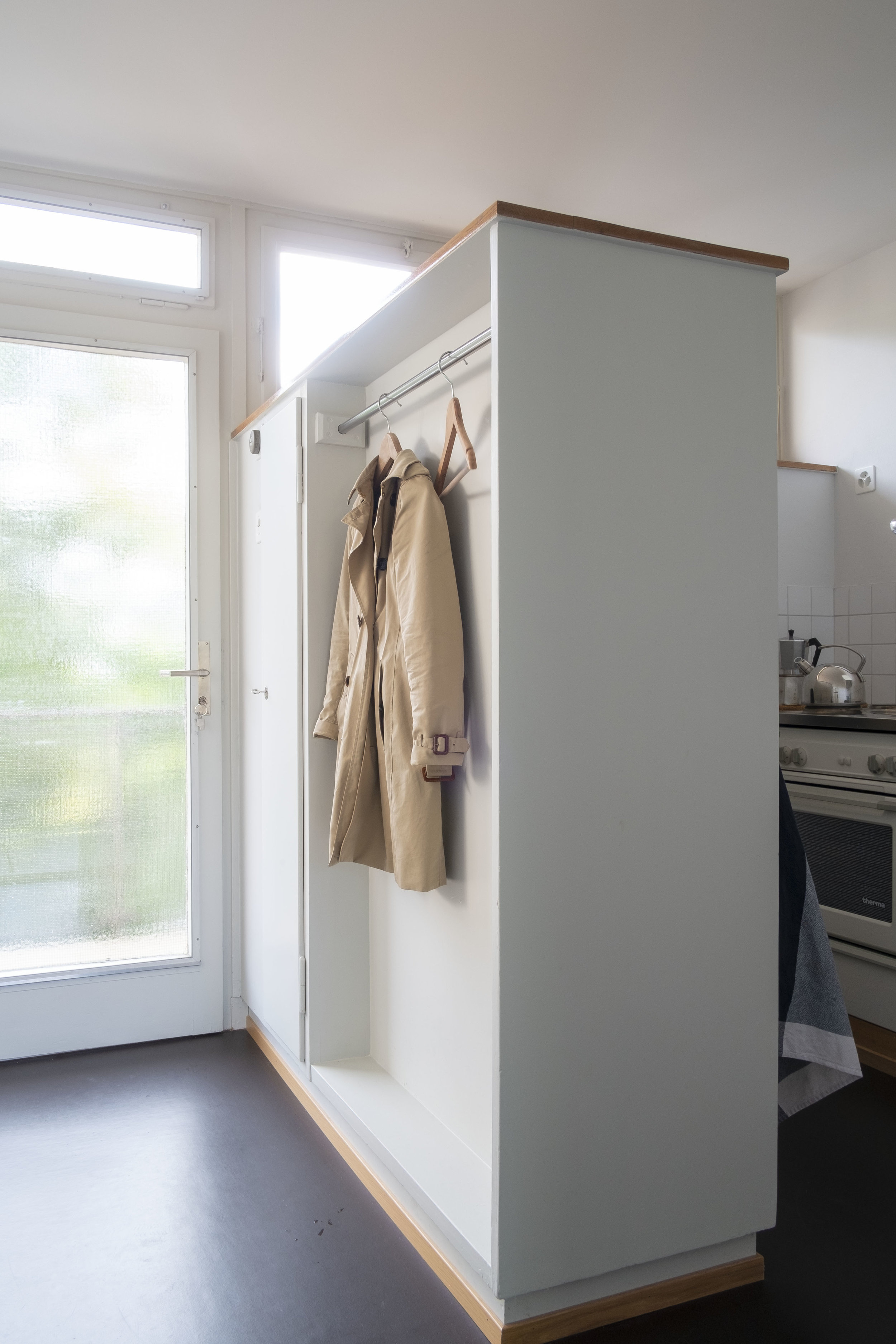 Divider between hall and kitchen