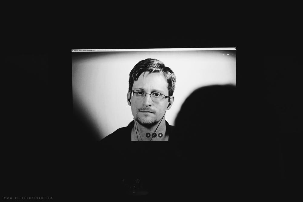 Edward Snowden durante su primera y única videoconferencia dirigida a México en agosto del 2017.  f/4, 1/125s, ISO 800, no cámaras permitidas.