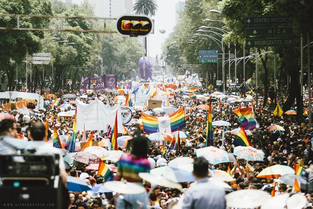 """El grupo de música """"Matisse"""" durante su espectáculo realizado al pie del Ángel de la Independencia durante la protesta anual """"Pride"""". Este año más de 200,000 personas tomaron las calles de la Ciudad de México para exigir y celebrar los derechos de la comunidad LGBT a lo largo del mundo."""