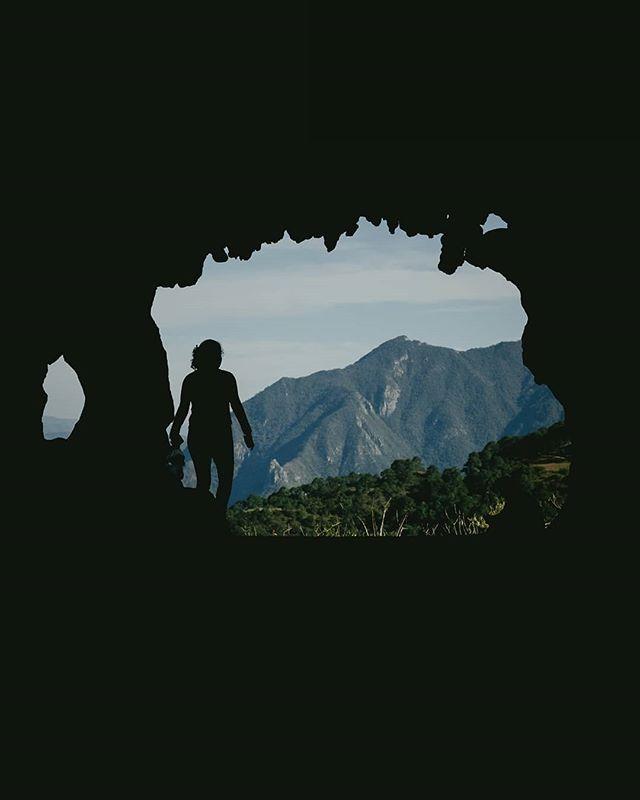 Por si alguna vez se habían preguntado cómo se ve una cueva kárstica por dentro. Estas fotos las tomé cuando @jenny.ffer.9 y yo tuvimos la brillante idea de subir hasta la entrada de una cueva y ver qué tan hondo llegábamos. No encontré arañas de ningún tipo, pero seguro las había. 🕷️⛰️