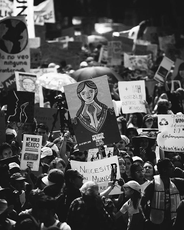 """Fotografías de la protesta por el cambio climático el día de ayer en la Ciudad de México 🌻. ⠀ Bajo el grito de """"Queremos futuro, no hidrocarburos"""", la organización @fridaysforfuture convocó a una """"Huelga Mundial por el Clima"""" con el objetivo de hacer conciencia ambiental de cara a la Cumbre de Acción Climática de la ONU que se realizará el próximo 23 de septiembre. ⠀ Este movimiento, creado por Greta Thunberg (Sueca, 16 años), lucha este año porque se alcancen acuerdos internacionales que estén en pro de la utilización de más energías renovables con el objetivo de reducir emisiones de gases de efecto invernadero hasta en un 50%."""