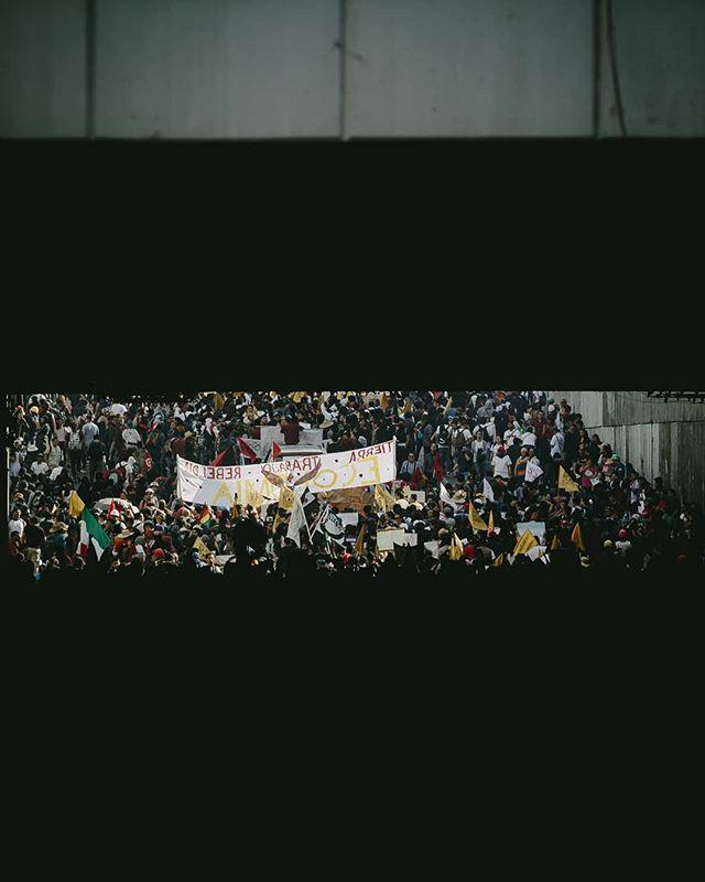 """Fotografías que tomé ayer durante el 51º aniversario de la Masacre de Tlatelolco, en 1968. ⠀ Foto 1: Parte de la movilización, conformado por unas 10,000 personas descendiendo bajo un puente.⠀ Foto 2: Feministas encapuchadas realizan pintas.⠀ Foto 3: Protestantes civiles con pancartas anti-gobierno.⠀ Foto 4: Policía antimotines se repliegue ante agresiones en su contra.⠀ Foto 5: Bombas de humo, petardos y cuetones fueron lanzados por grupos de encapuchados.⠀ Foto 6: Estudiantes exigen que se reanude el paso para su llegada al Zócalo.⠀ Foto 7: Cuerpo de bomberos se agiliza ante la presencia de explosivos.⠀ Foto 8: Encapuchados rompen el """"cinturón de paz""""."""