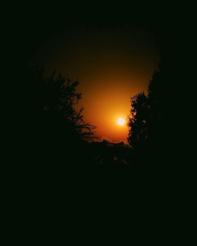 Solo cuando veo llegar tu luz me percato de que estoy inmerso en profunda oscuridad 🌥️🌌