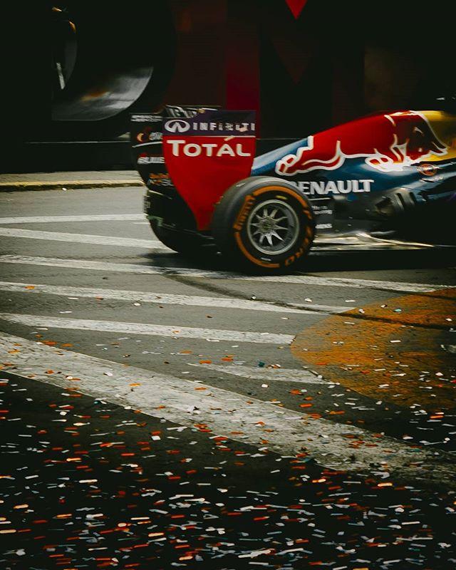 Esta foto la tomé cuatro años, del Red Bull de Daniel Ricciardo (2015) corriendo en el Zócalo de la CDMX. ⠀ Desde niño me gustaba la F1, pero no fue hasta el día en que hice está foto cuando realmente me enamoré de ese deporte. Actualmente Red Bull es una de las tres grandes escuderías de Formula 1 y, en lo personal, mi favorita 🏁.