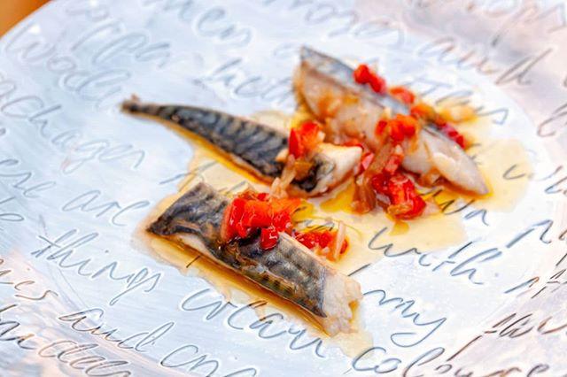 """🔹Verat amb un escabetx de pebrots d'El Campaner cuits a 50 graus durant 4 minuts. Tota la frescor d'un subtil escabetx i la delicadesa del verat en una cocció perfecte. 🔹Caballa con un escabeche de pimientos de """"El Campaner"""" cocidos a 50 grados durante 4 minutos. Toda la frescura de un sutil escabeche y la delicadeza de la caballa en una cocción perfecta. . . #gastronomia #sousvide #fish #healthyfood #bajatemperatura #lowtemp #omega3 #escabeche #tallerdecuinasalvadorbrugues #cuinaabaixatemperatura #coccionalvacio #pescado"""