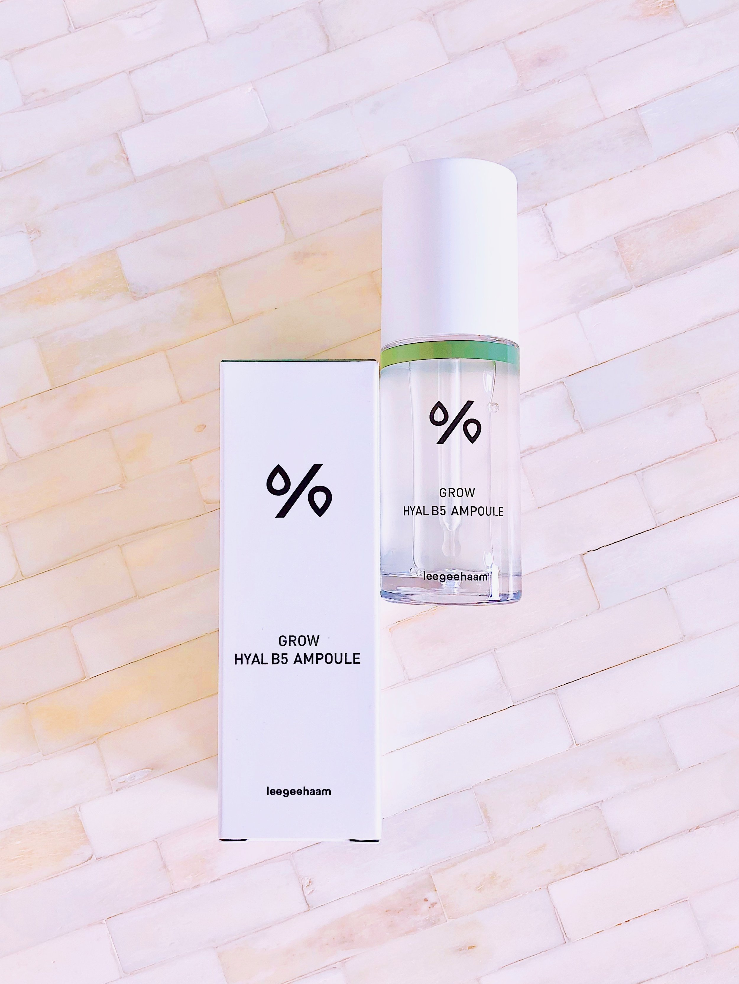- Hydroxypropyltrimonium Hyaluronate, Hydrolyzed Hyaluronic Acid, Sodium Acetylated Hyaluronate, Sodium Hyaluronate & Ascorbyl Propyl Hyaluronate|Humectants that help to attract and retain moisture within the skinVitamins B5 (panthenol) & B3 (niacinamide) | Form a moisture barrier and regulate sebum productionCentella Asiatica (madecassic acid) | Corrects red and sensitised skin and suppresses inflammation by inhibiting the release of pro-inflammatory cytokinesFull ingredients:Water, Glycerin, Methylpropanediol, 1,2-hexanediol, Niacinamide, Dioscorea japonica root extract, Sodium hyaluronate, Panthenol, Saccharomyces ferment filtrate, Octyldodeceth-16, Peg-40 hydrogenated castor oil, Polyquaternium-51, Hydrolyzed hyaluronic acid, Piper methysticum leaf/root/stem extract, Centella asiatica extract, Panax ginseng berry extract, Vanilla planifolia fruit extract, Hydrogenated lecithin, Glycosyl trehalose, Glyceryl glucoside, Ethylhexylglycerin, Hydrogenated starch hydrolysate, Adenosine, Biosaccharide gum-1, Raffinose, Disodium edta, Olea europaea (olive) fruit oil, Lecithin, Carbomer, Tromethamine, Beta-glucan, Michelia alba leaf oil, Myristica fragrans (nutmeg) kernel oil, Daucus carota sativa (carrot) seed oil, Elettaria cardamomum seed oil,Michelia alba flower oil, Butylene glycol, Tagetes minuta flower oil, Hydroxypropyltrimonium hyaluronate, Ascorbyl propyl hyaluronate, Sodium acetylated hyaluronate