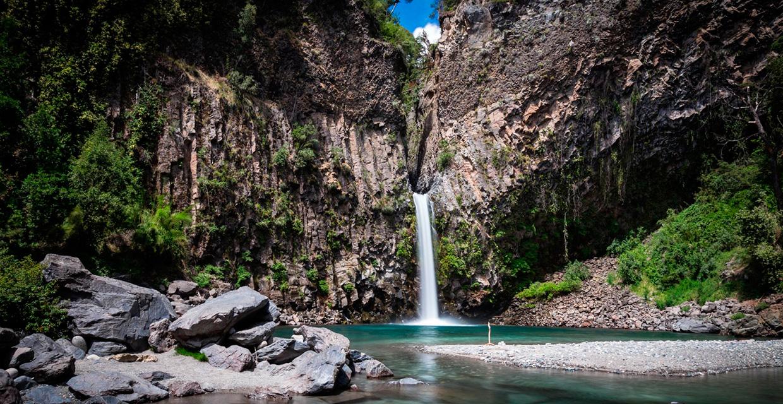 Pozones de aguas cristalinas, rodeados de profundos cañones en donde fluyen las aguas del río Claro, hacen de este valle un destino icono de nuestro país.