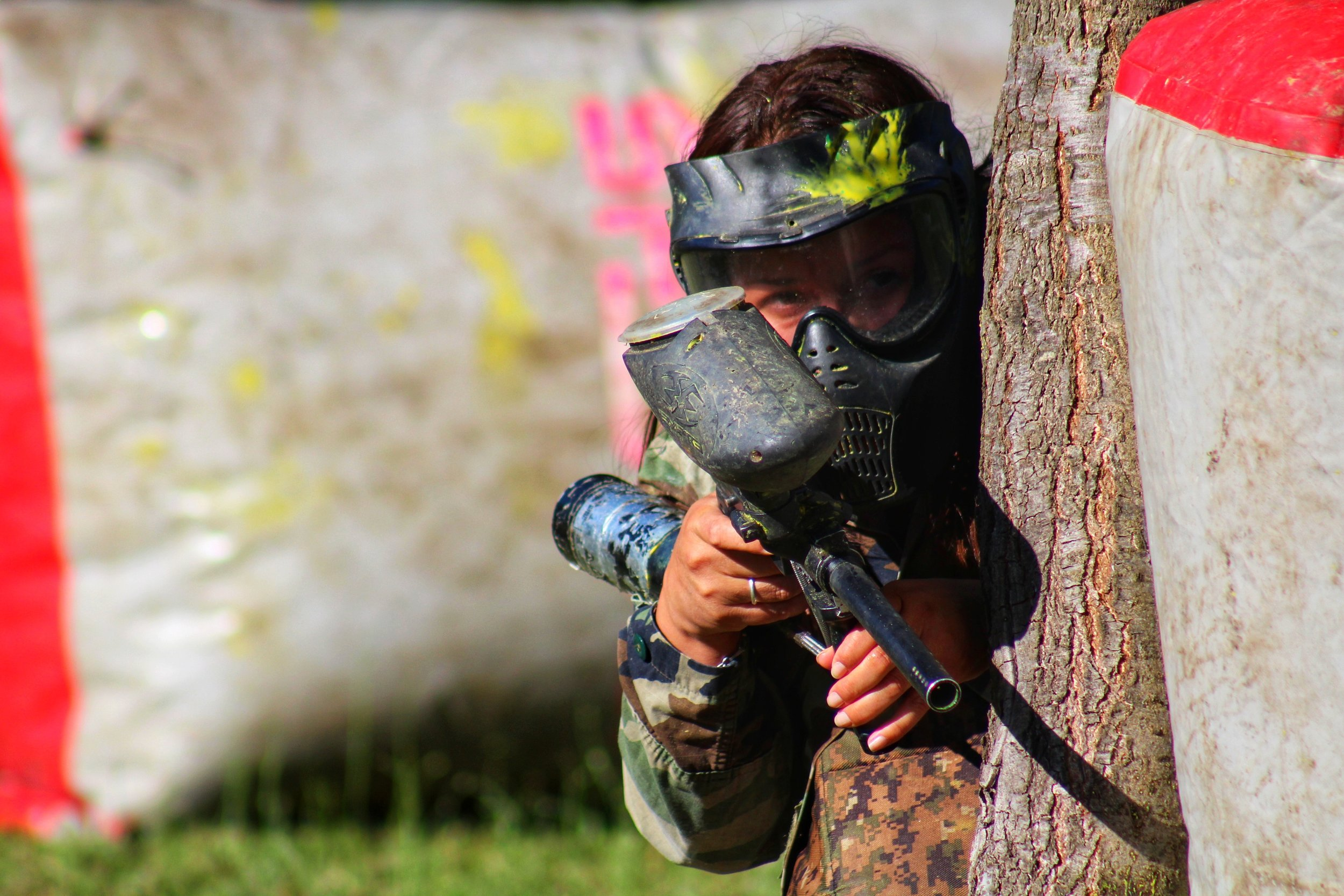 - Día PaintballEstrategia, adrenalina y a correr, cubrirse y disparar que mejor manera de soltar tensiones trabajando en equipo. Ven a conocer nuestro paintball situado en un amplio prado rodeado de arboles y una hermosa vista.