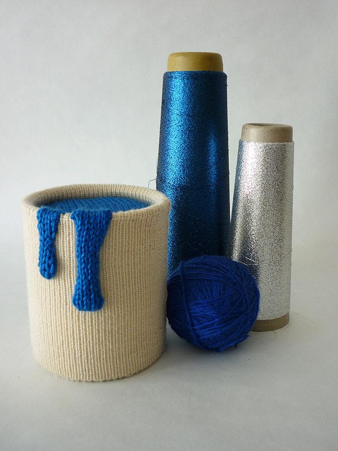 Artiste textile française CAM DUP - Camille Dupuis - pot de peinture tricoté
