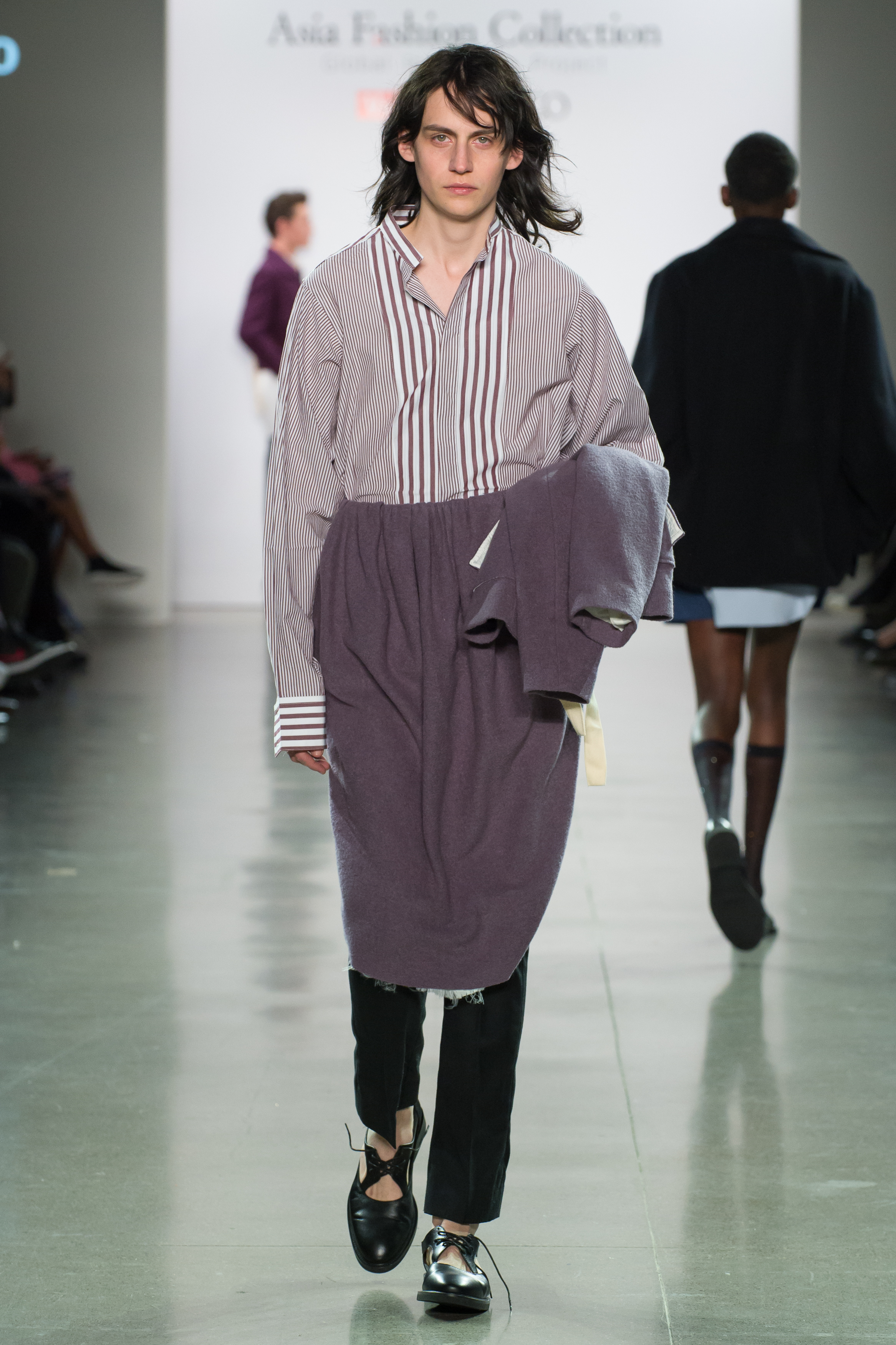 Look 6  -Cropped jacket in mauve wool boucle  -Dress shirt in aubergine stripes cotton poplin  -Asymmetry midi skirt in mauve wool boucle  -Slim trousers in black wool suiting