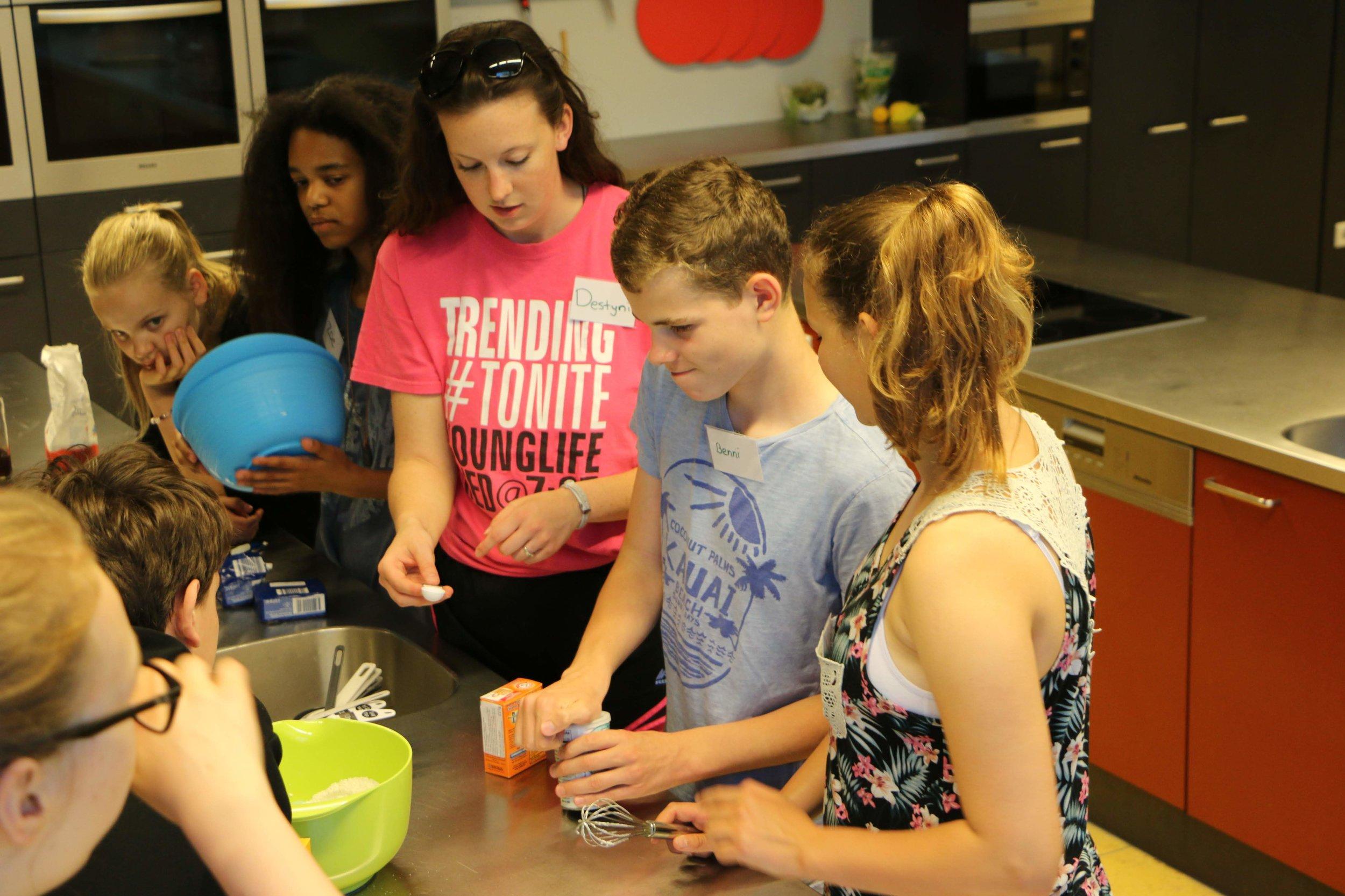 Workshops - Auf unserem Sprachcamp hast Du jeden Tag eine bunte Auswahl aus Sport, Basteln, kulinarischen Angeboten. Dies wird Dir helfen Deine Englischkenntnisse interaktiv zu verbessern und dabei mehr über die amerikanische Kultur zu lernen.