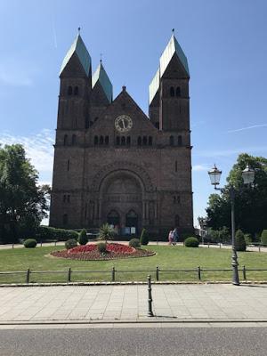 Hier einmal die Außenansicht der Kirche mit Vorplatz.