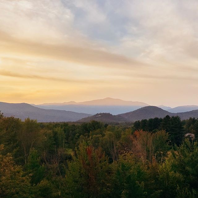 We love the view of Mount Washington from the scenic overlook in Intervale, just a couple minutes down the street from Vienna Lodge! . Nothing better than getting some ice cream from @trailsendicecream and watching the sunset after a day full of exploring ❤️