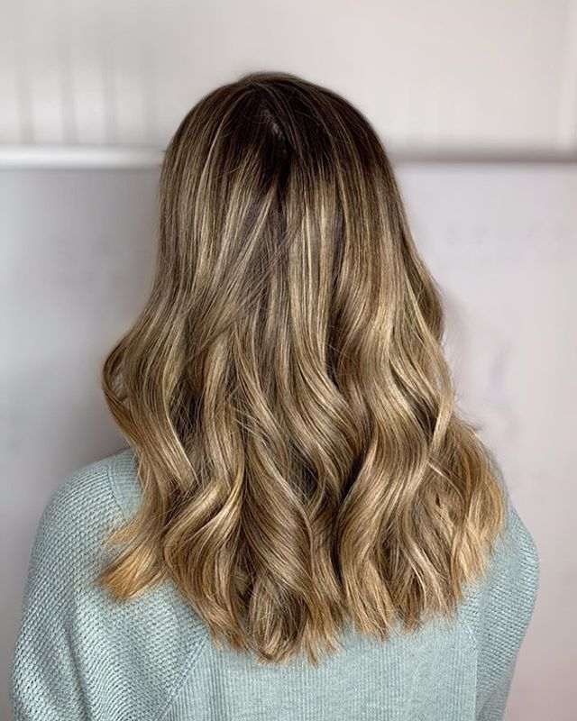 Perfect look for NEW YEARS🍾color melt perfection/blowout w/ curls, done by @mollywhit20 this contrast is mesmerizing😍
