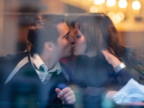 pareja-enamorados-dandose-beso.jpg