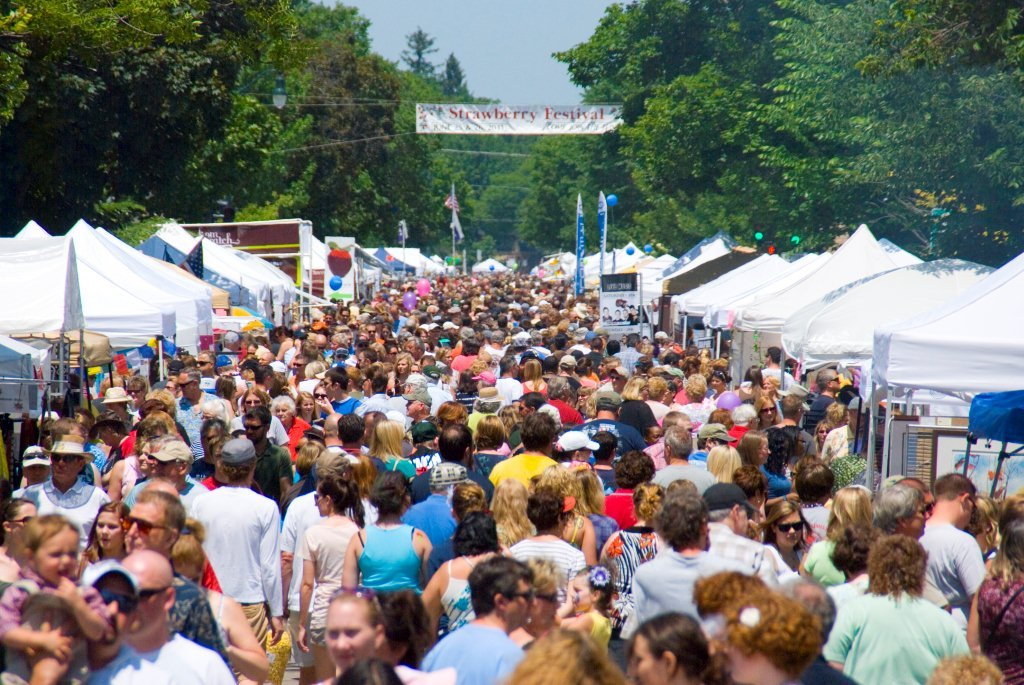 Strawberry Festival Crowd_Photo courtesy Cedarburg Chamber of Commerce copy.jpg