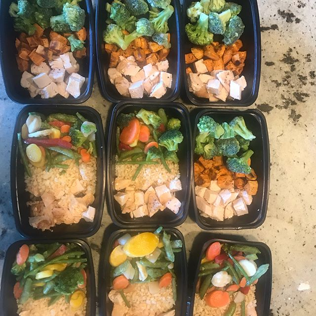 #mealprepday Sometimes meal prep is carefully curated recipes from local farmers, other days it's basic baked chicken with cauliflower-rice or roasted sweet potatoes and frozen veggies. Today it was the latter. At least I've got my work lunches for the next few weeks! #freezerlunches #mealprep #koutznutrition #knw