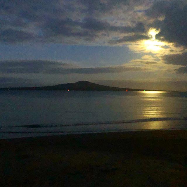 Just like the moon, always in love with the sea 🌜♥️🌊  #takapunabeach #fullmoon #beach #chasingwaves #auckland #takapuna #moon #moonlight #moonbathing #beachlife #moonwalk #newzealand #aventura #adventure #longwalksonthebeach #purenewzealand #goodnightpost #view #volcano