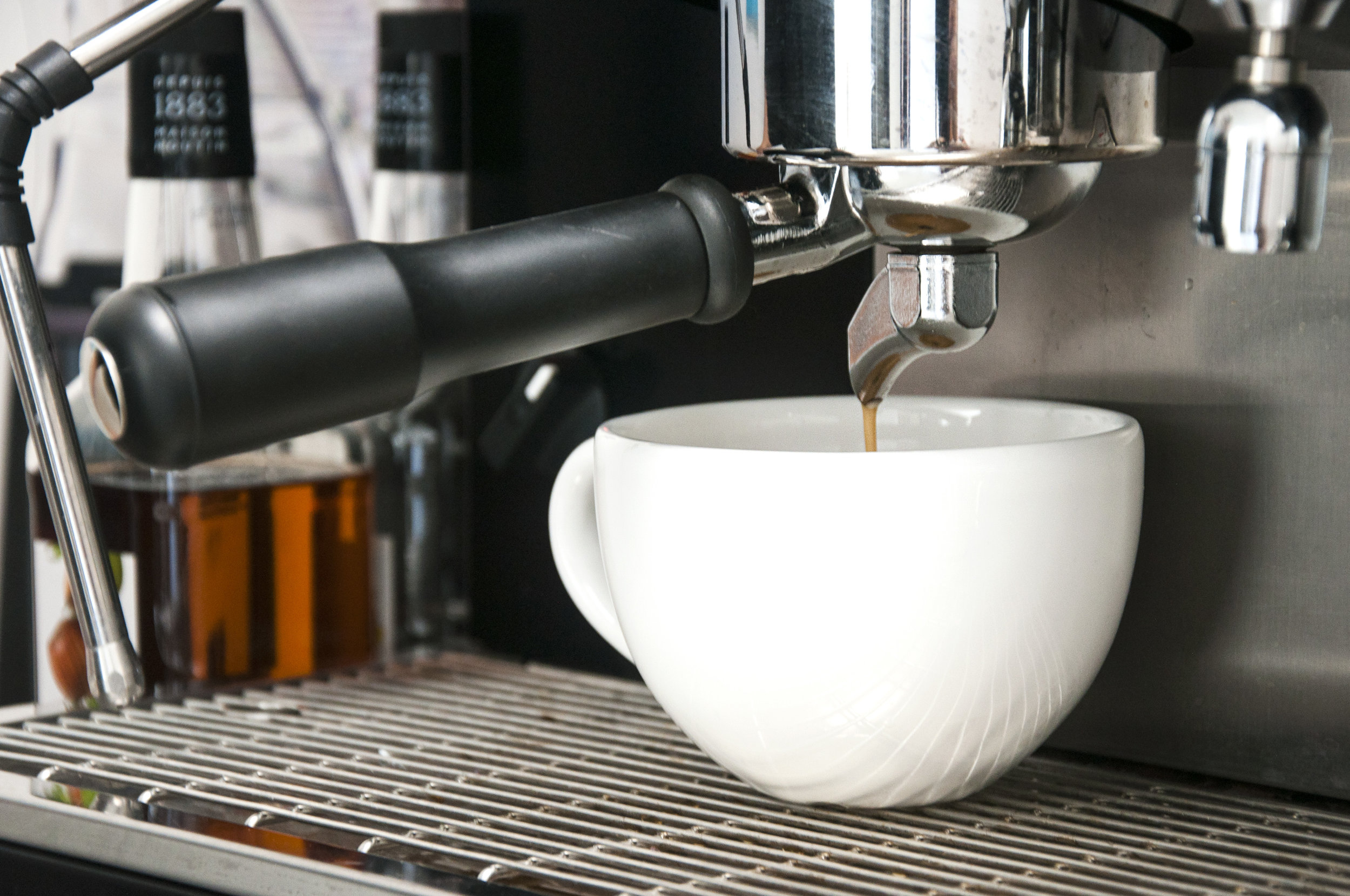 Sabemos que en esas mañanas apresuradas, de camino al trabajo o a clase, la más deliciosa cafeína es lo primero que necesitas para empezar el día.