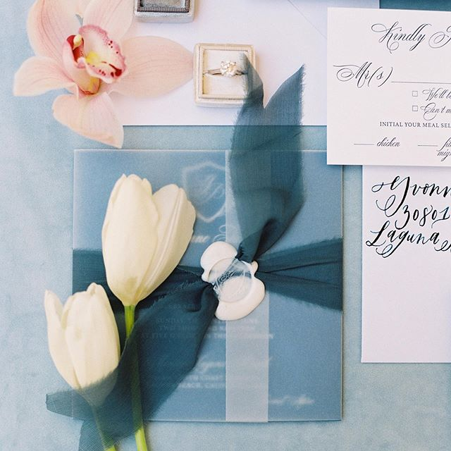 Your wedding invitation is the first glimpse your guests have of what your wedding will be like. Yvonne and Bijan's guests knew they would be treated to an amazing luxurious event when they received these beauties in the mail! Design and planning @starhansenevents. Invitation design @kelly_patrice. Florals @shawnayamamoto. Venue @montagelaguna. 📷 @jennyquicksall