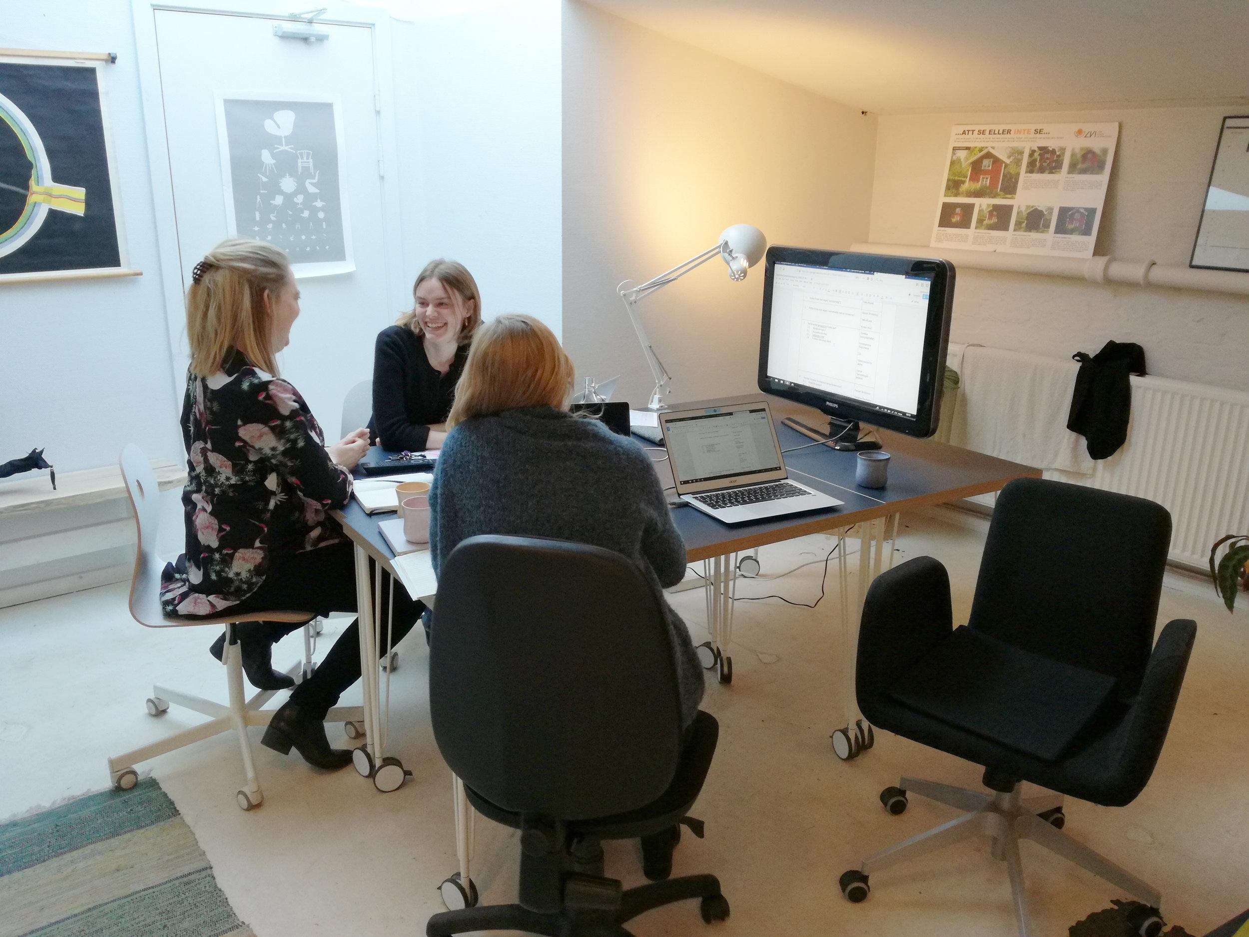 Projektplanlægning med Christine, Louise og Michala siddende rundt om et mødebord