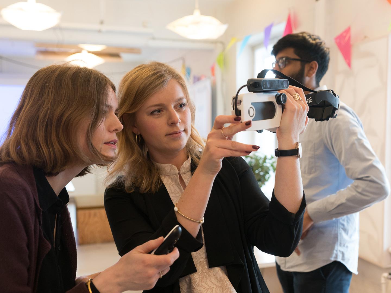Michala viser Louise den digitale synssimulator