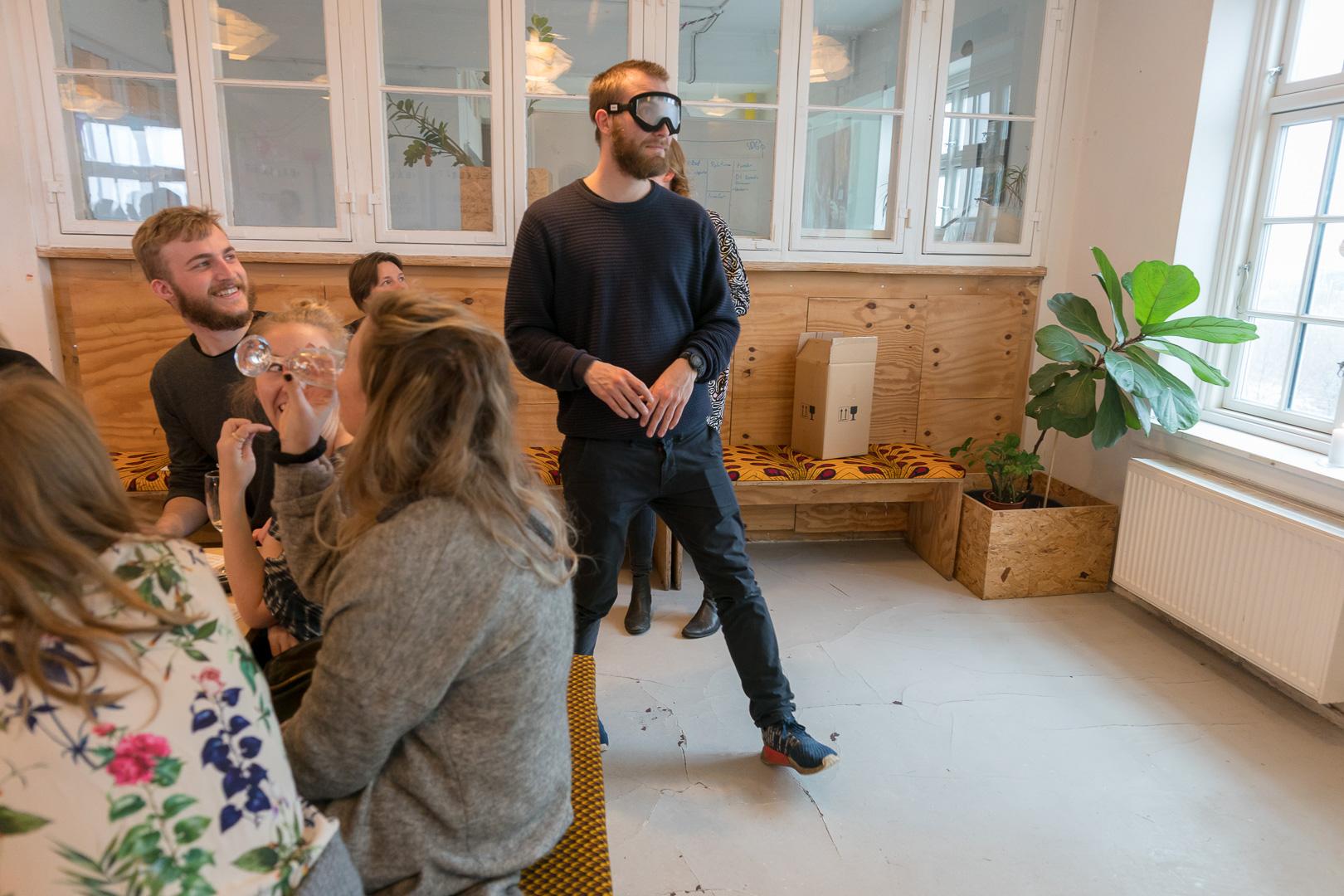 En af gæsterne har rejst sig op med simulationsbriller på iforbindelse med gennemspilning af Læringsspillet Indsigt