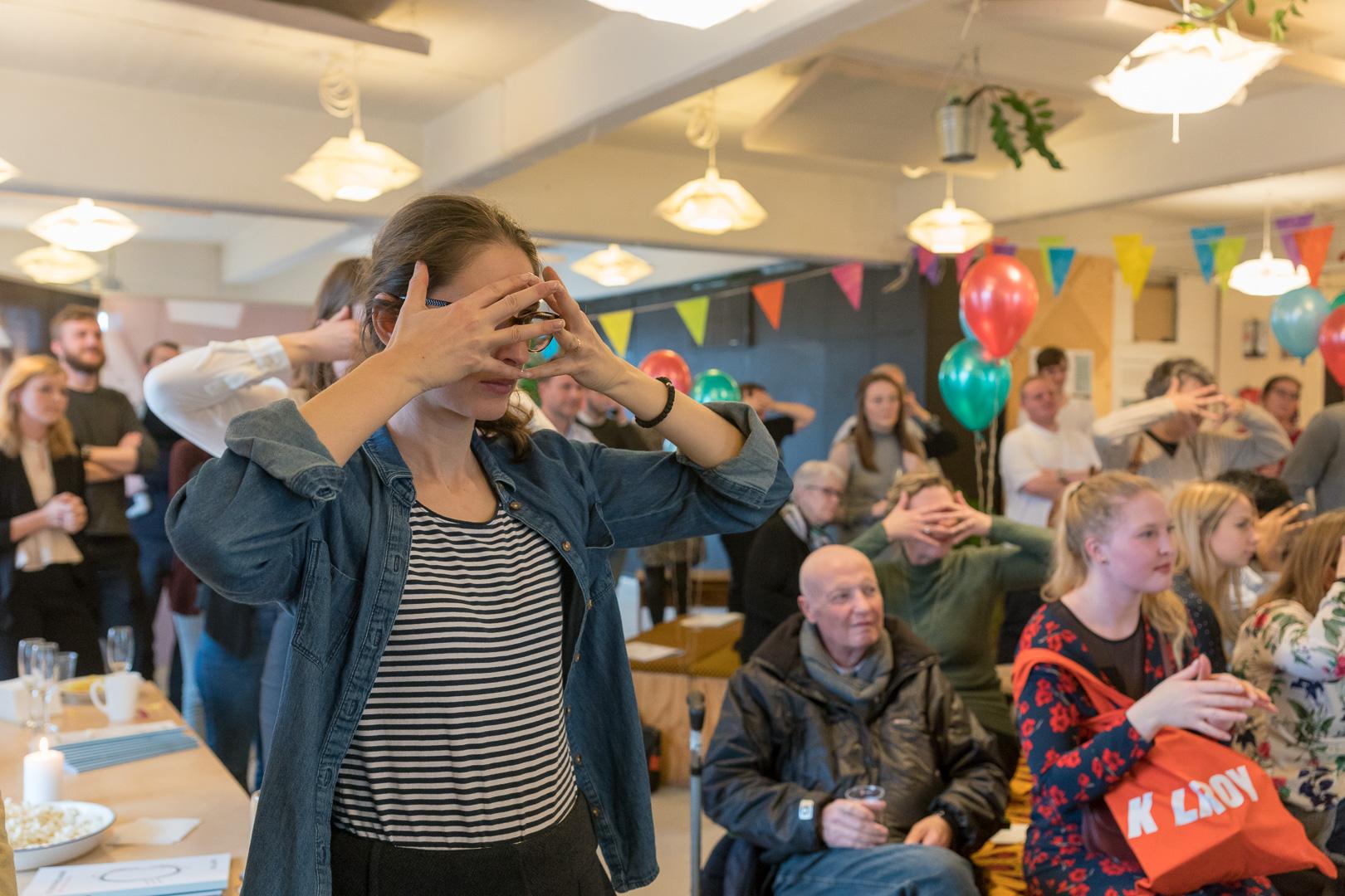Gæsterne lytter til Kim Sørensens oplæg med hænderne foran øjnene for at forstå hans syn