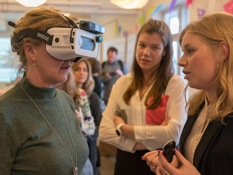 Gæster afprøver Ballast AR mens Michala forklarer
