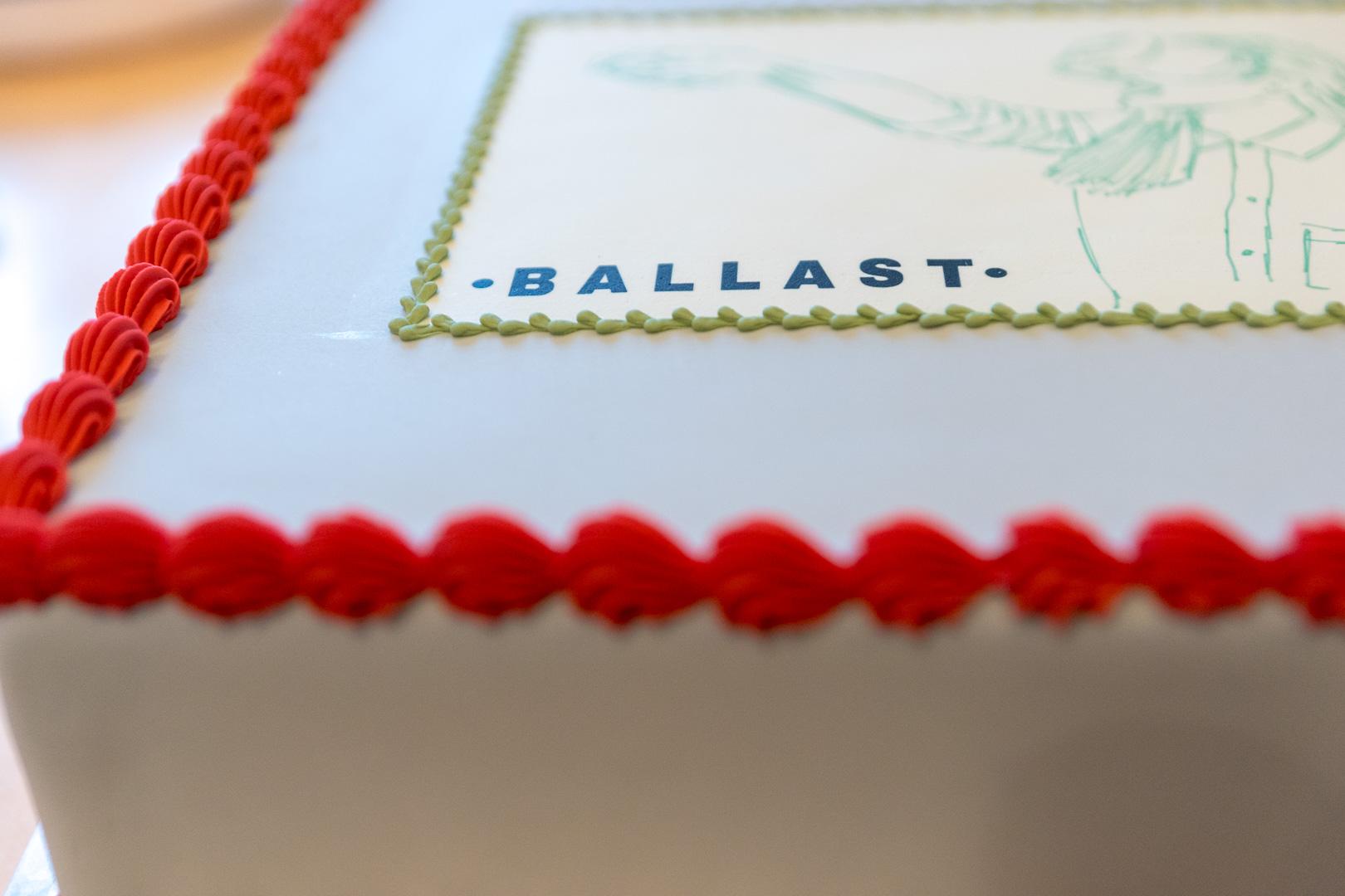 Den flotte firmakage, med logo, lyseblå fondant og rød og grøn pynt fra KageKompagniet