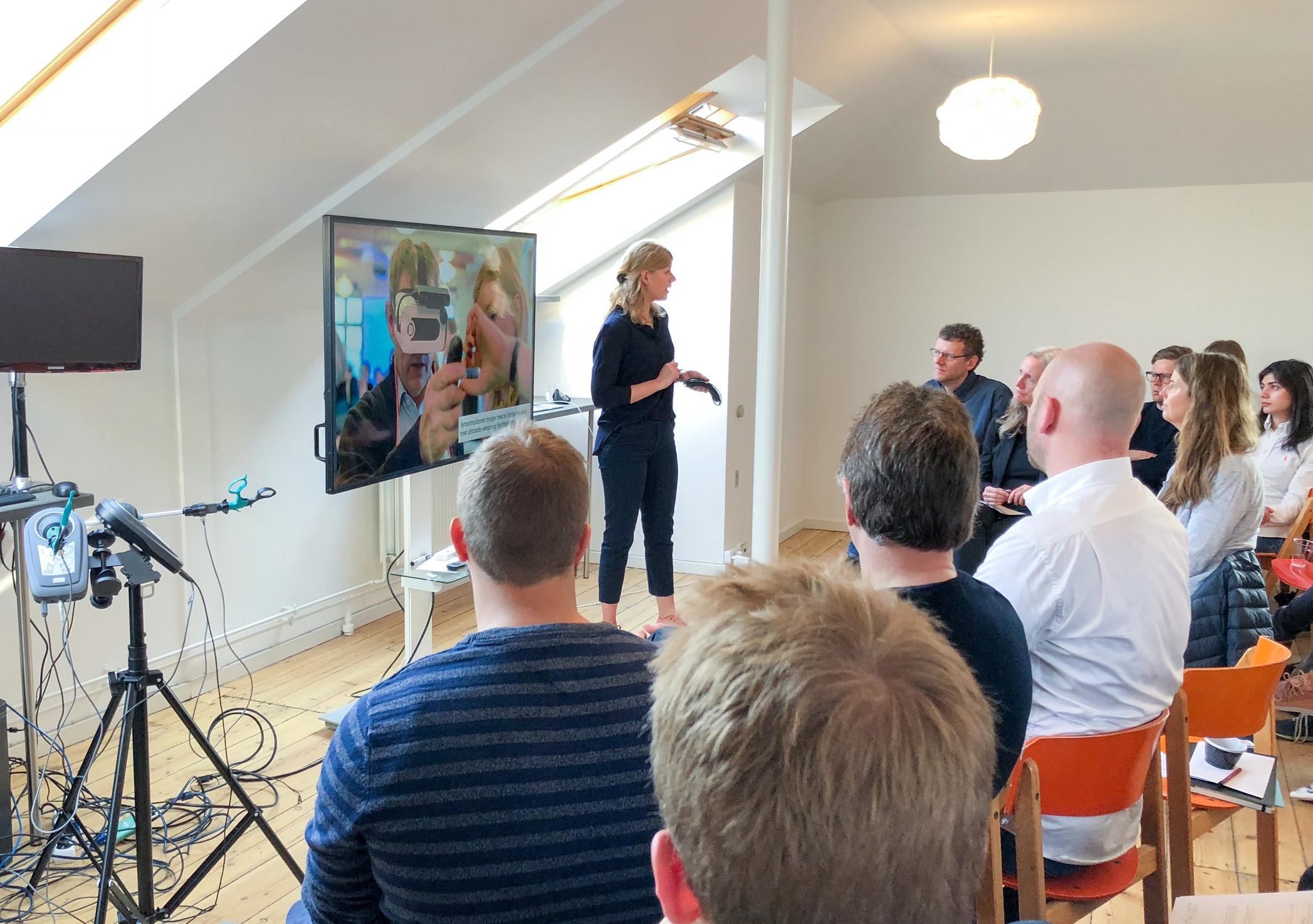 Michala holder oplæg foran en præsentation til CHI Morgen, imens de fremmødte lytter