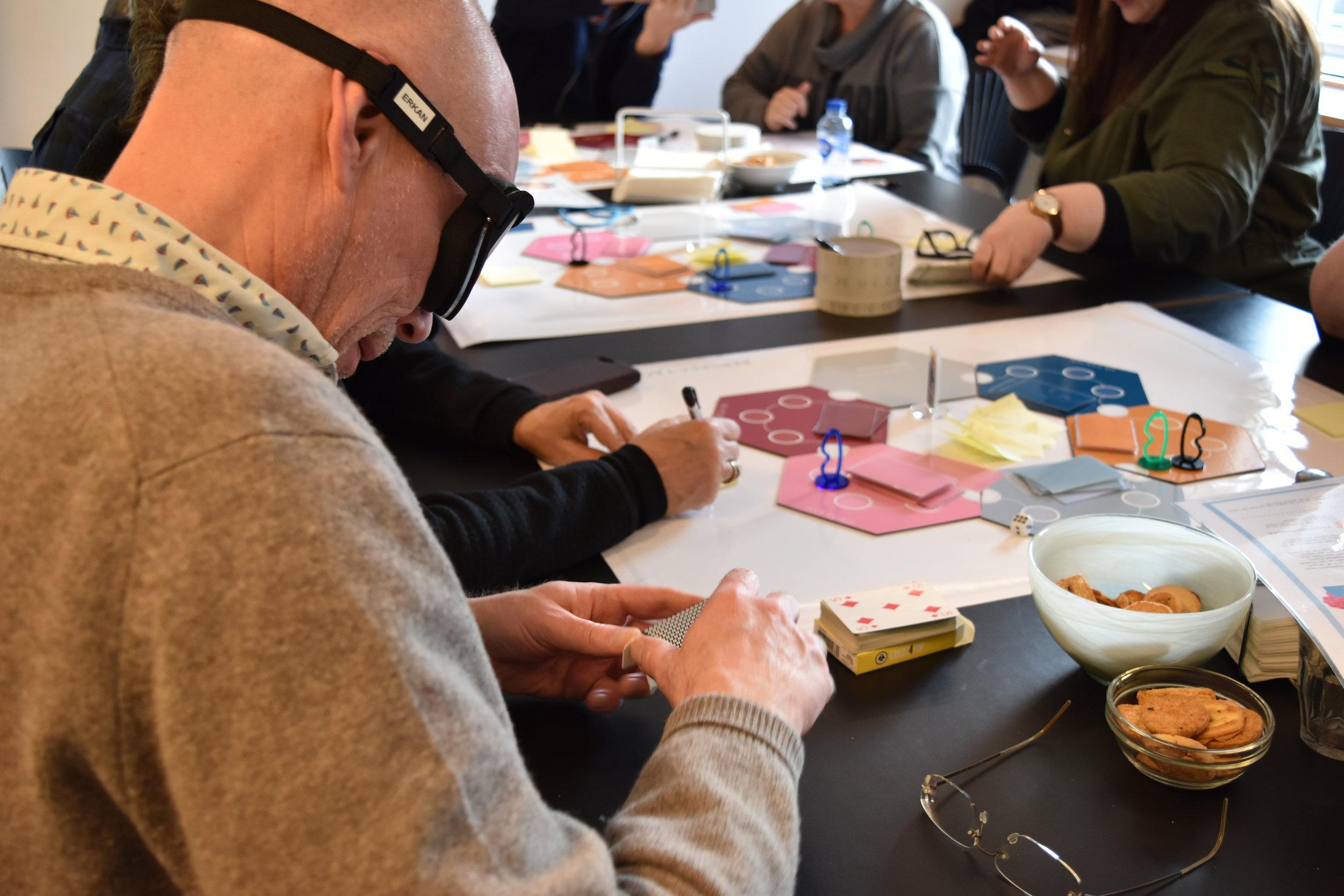 Medarbejdere fra Københavns Kommunes Afdeling for bolig og modernisering afprøver den første prototype af spillet på en workshop afholdt af Ballast
