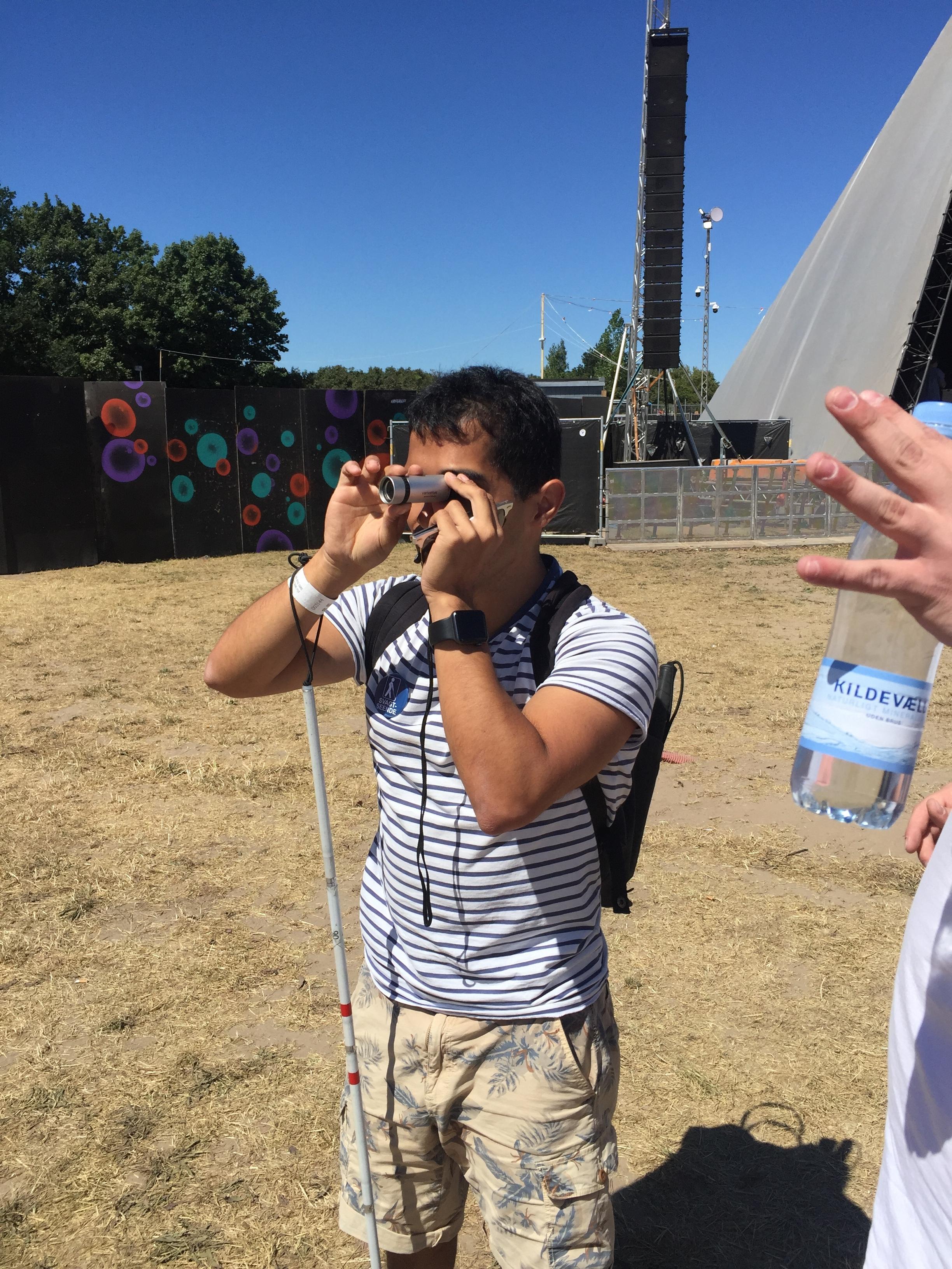 Jens bruger sin kikkert til at lede efter førstehjælpsteltet