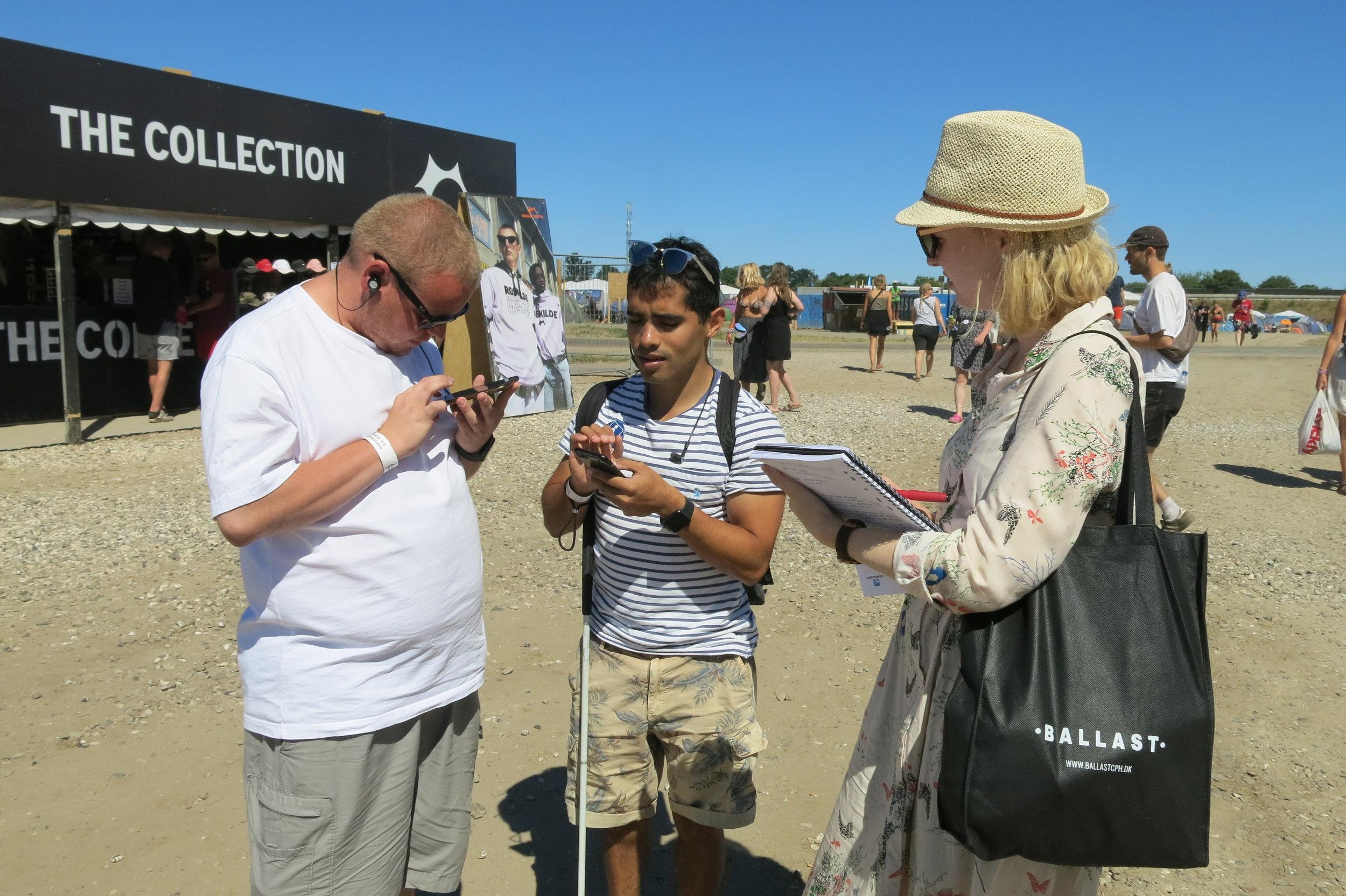 Lasse og Jens tester Roskilde Festival appen, mens Helle spørger ind