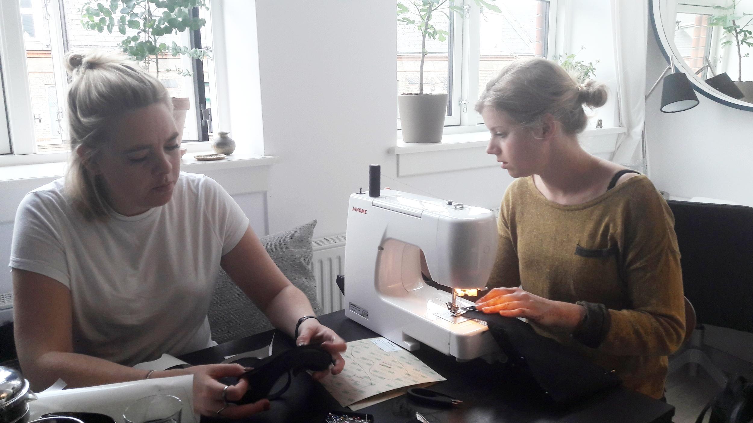 Christine og Michala syer elastik i en tidlig udgave af Perspectacles