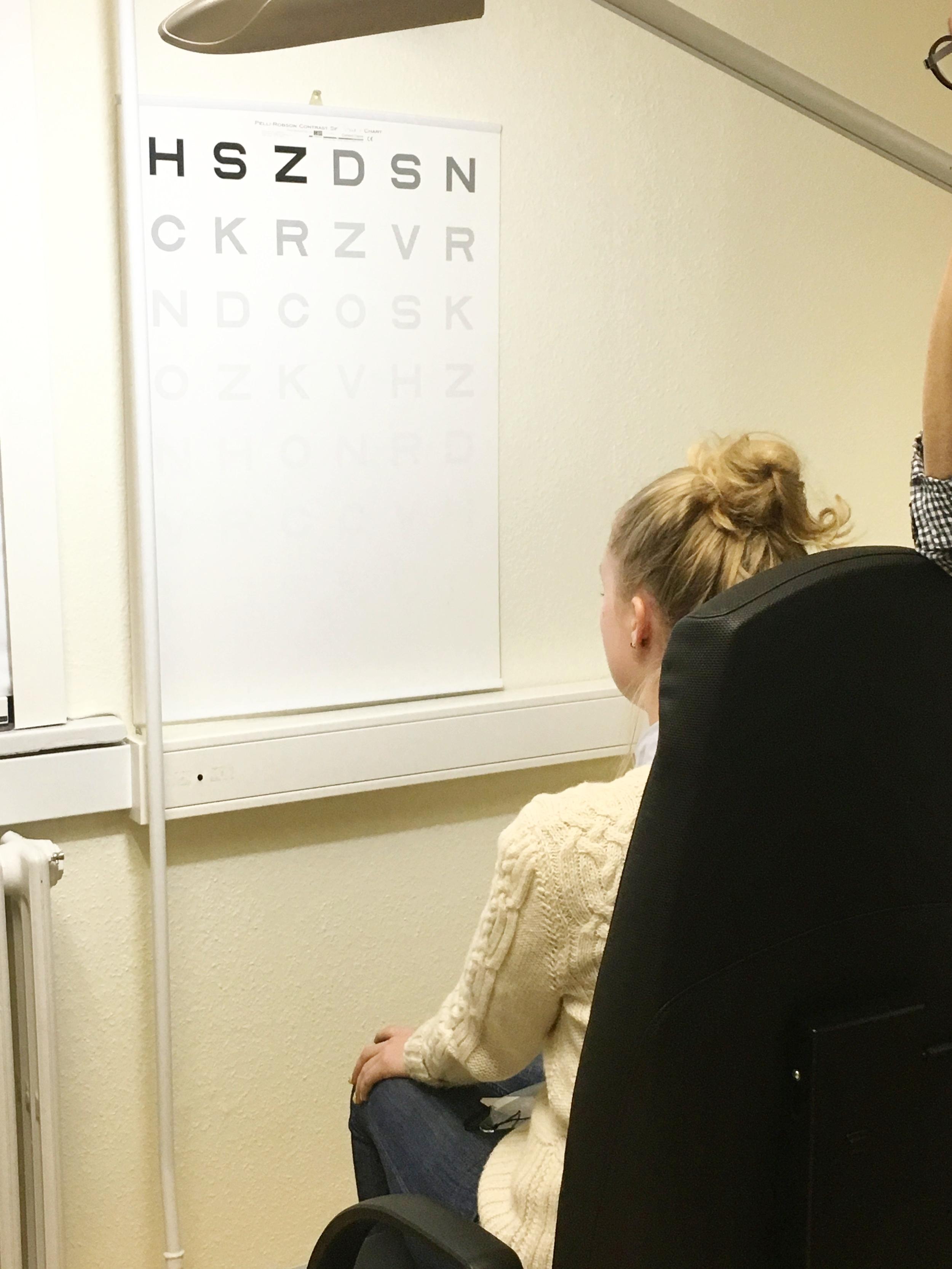 Helle tester synsfiltre i Vordingborg, her med kontrasttavle