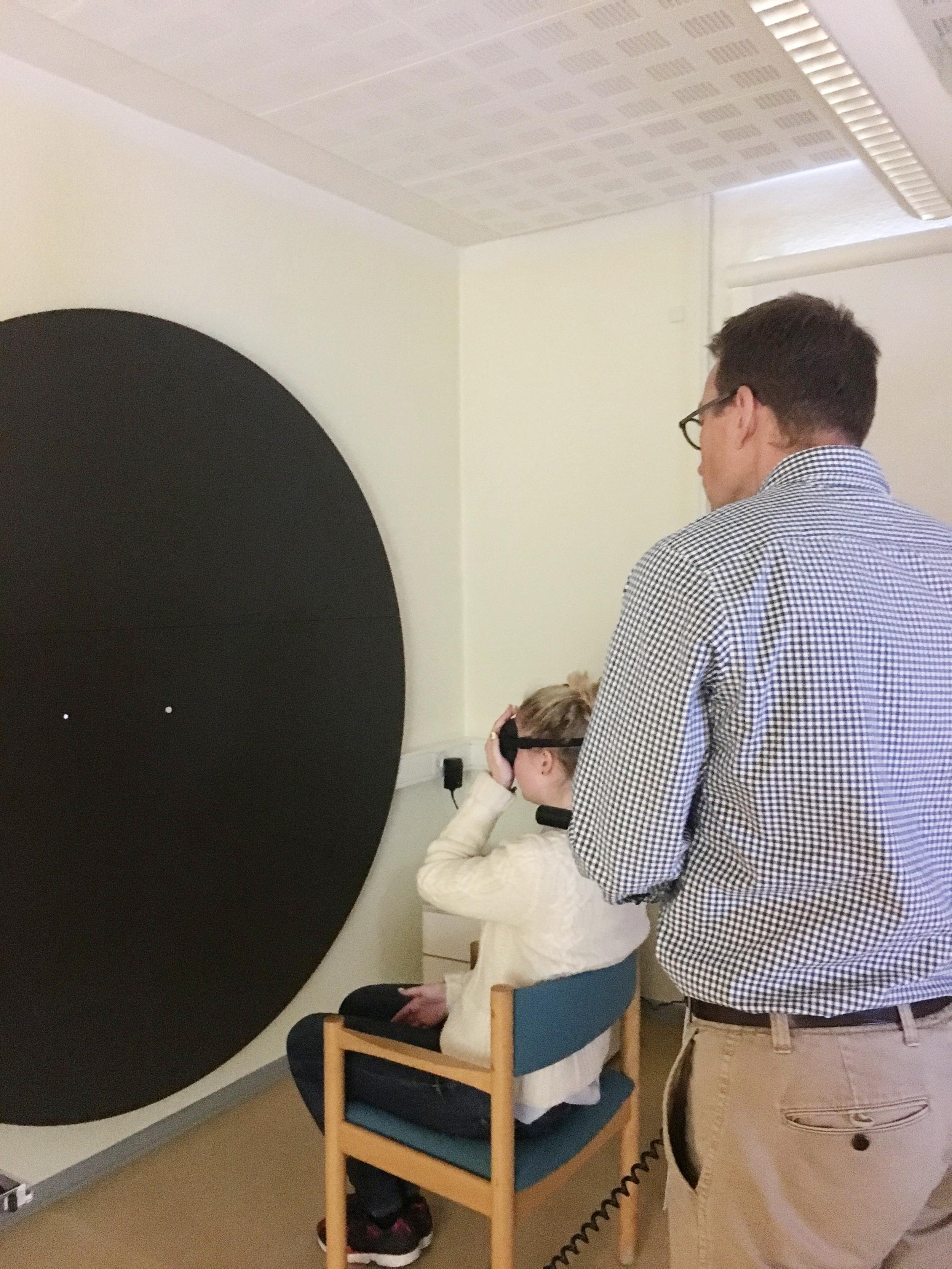 Helle tester synsfiltre i Vordingborg, her med en kampmetritavle