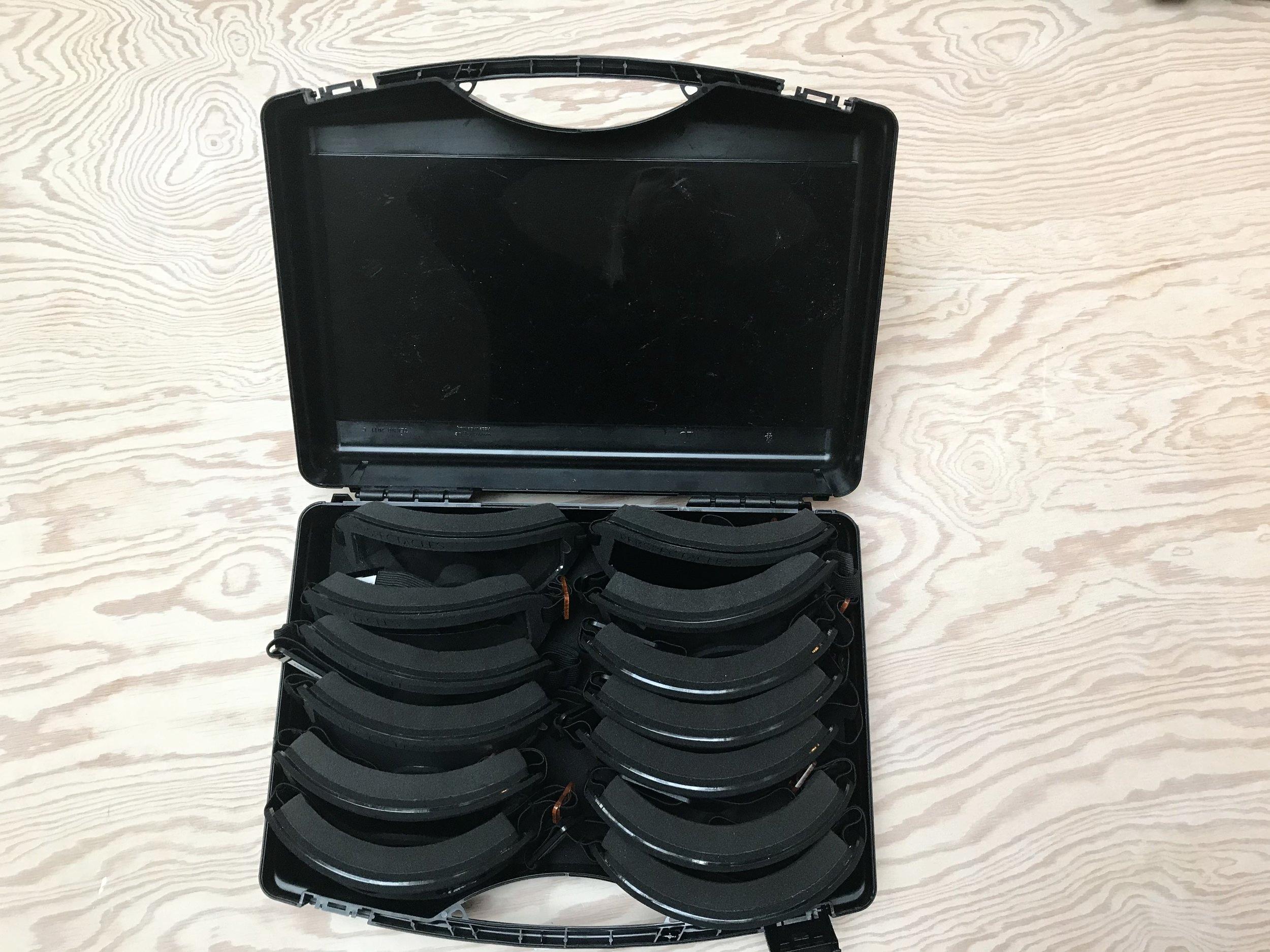 En kuffert med 12 par Perspectacles, alle simulerer forskellige øjendiagnoser