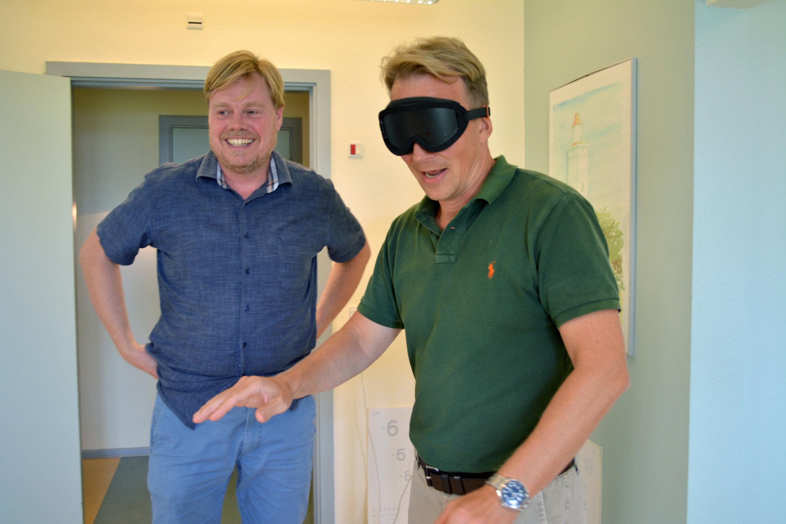 To workshop deltagere afprøver Perspectacles simulationsbriller