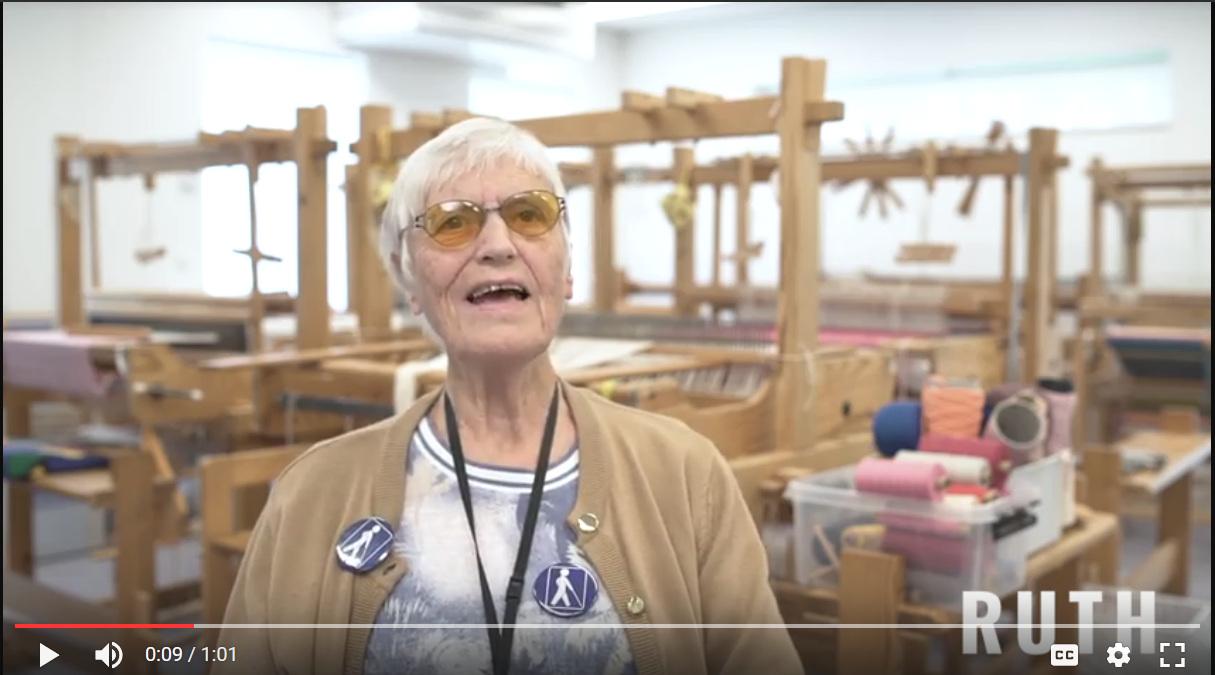 Et screenshot fra en af de producerede kortfilm, som viser Ruth på det aktivitetscenter hvor hun kommer.