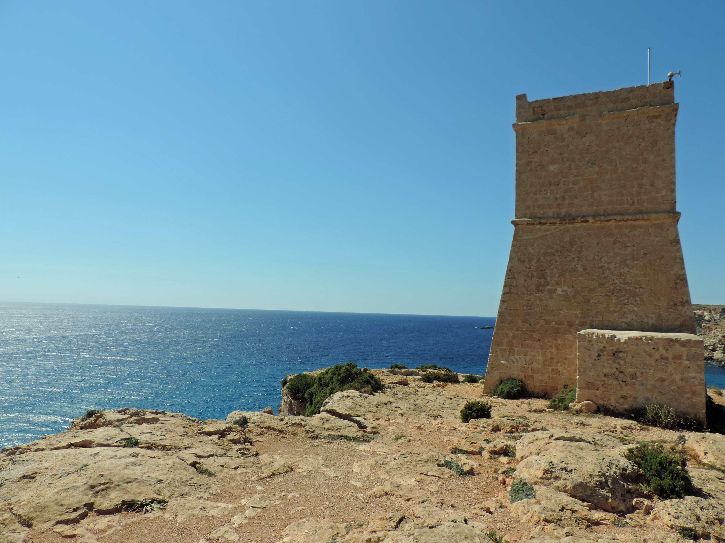 La torre costiera che si affaccia sulla baia di Ghajn Tuffieha