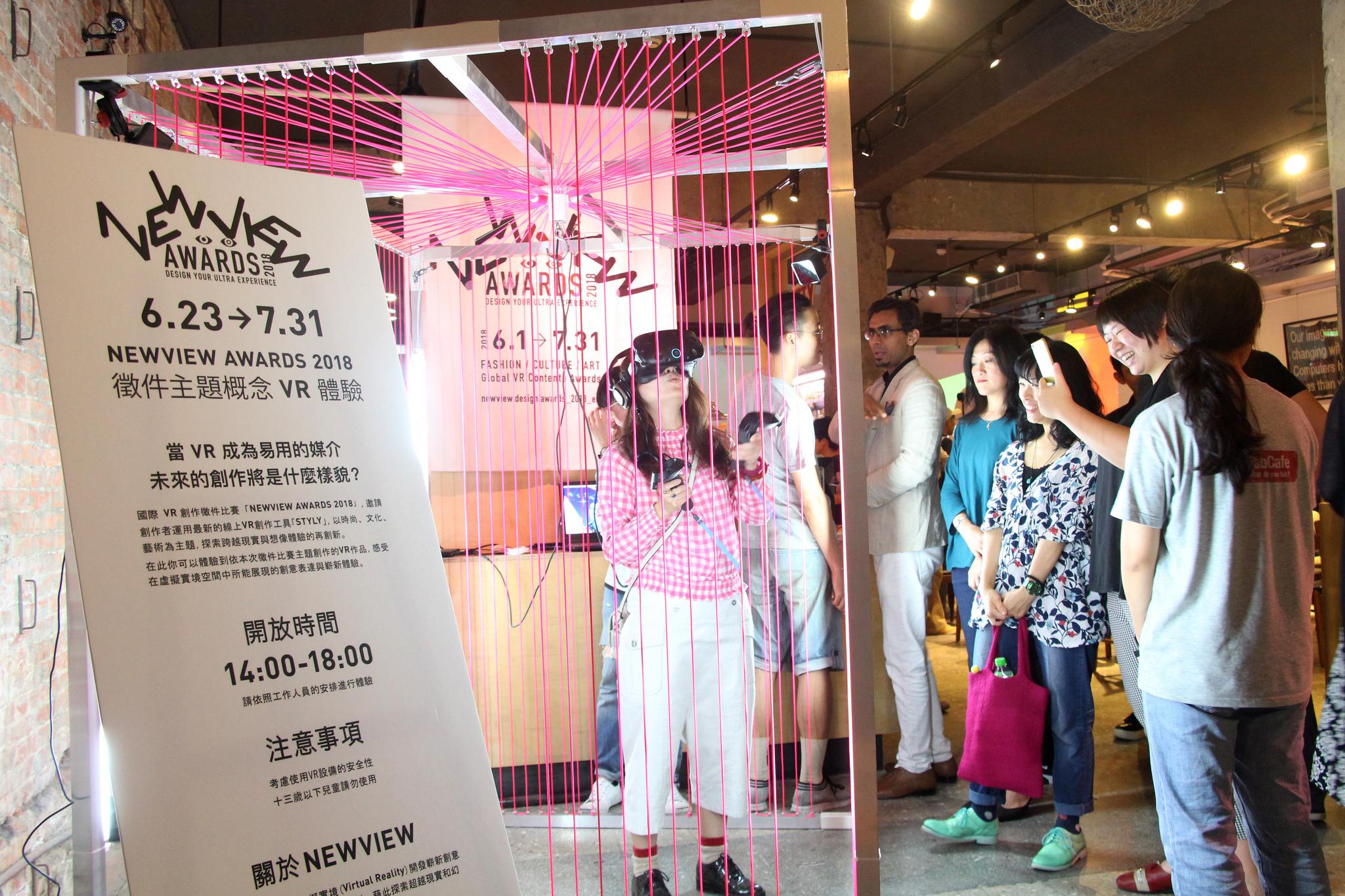 イベントに合わせて、FabCafe Taipeiの入り口に、登場したVR体験ブース。イベント前からたくさんの人が集まり、VRを体験。