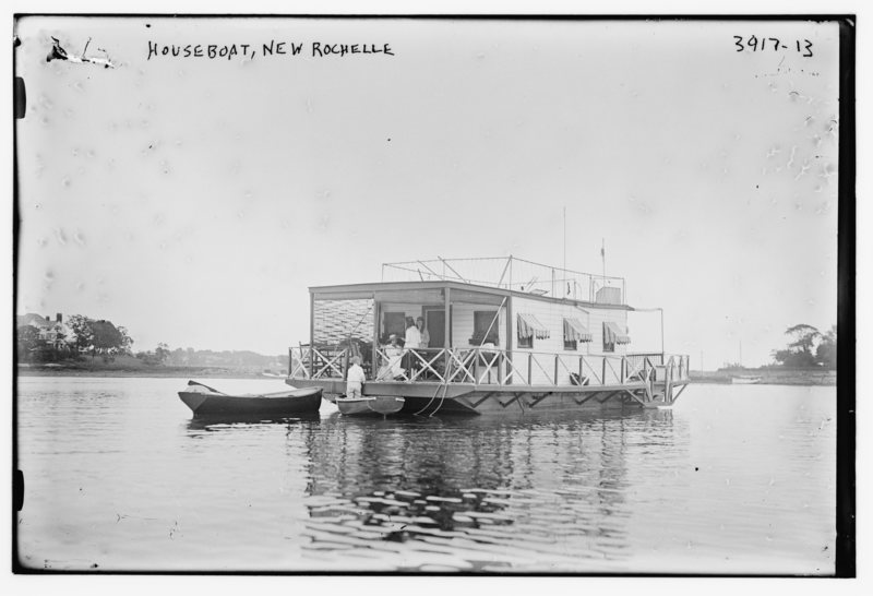 A houseboat in 1915.  PUBLIC DOMAIN