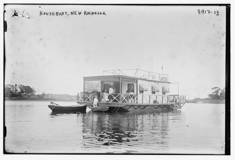 A houseboat in 1915. PUBLIC DOMAIN