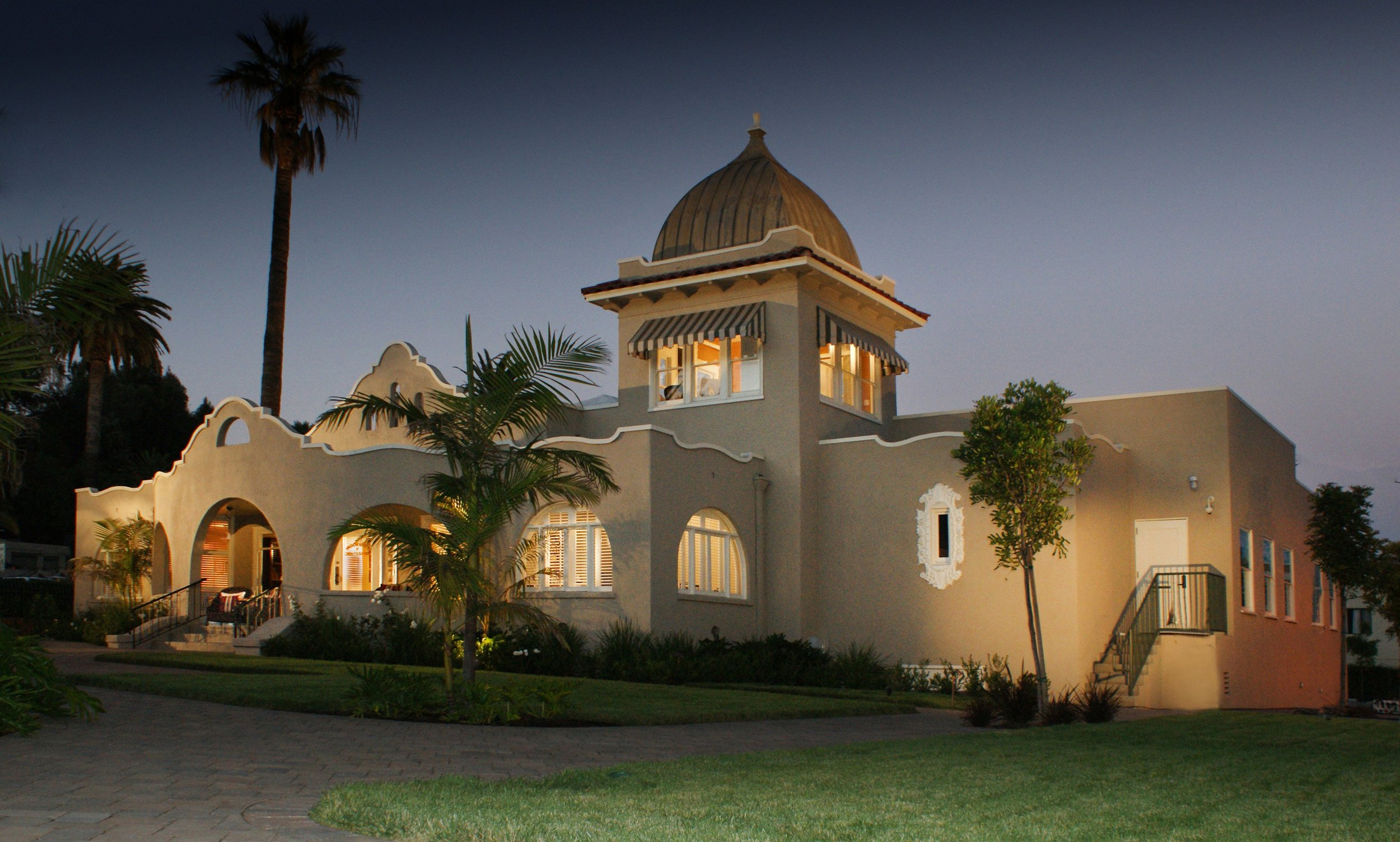 The ASC Clubhouse in Hollywood at night. Photo by Isidore Mankofsky, ASC. https://theasc.com/asc/asc-clubhouse