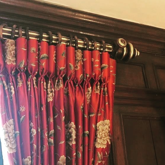 Our beautiful medium oak pole with golden flutes 😍 #mccormickweeks #handcrafted #curtainpoles #curtains #poles #oak #interiors #interiordesigner #windows #gilt #britishmade 🇬🇧