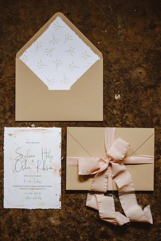 nowoczesne-zaproszenia-slubne_nietypowe_beżowe_miedziane_pudrowy-roz_różowe_eleganckie_złota-folia_papier-czerpany_co-nieco-papieru.jpg