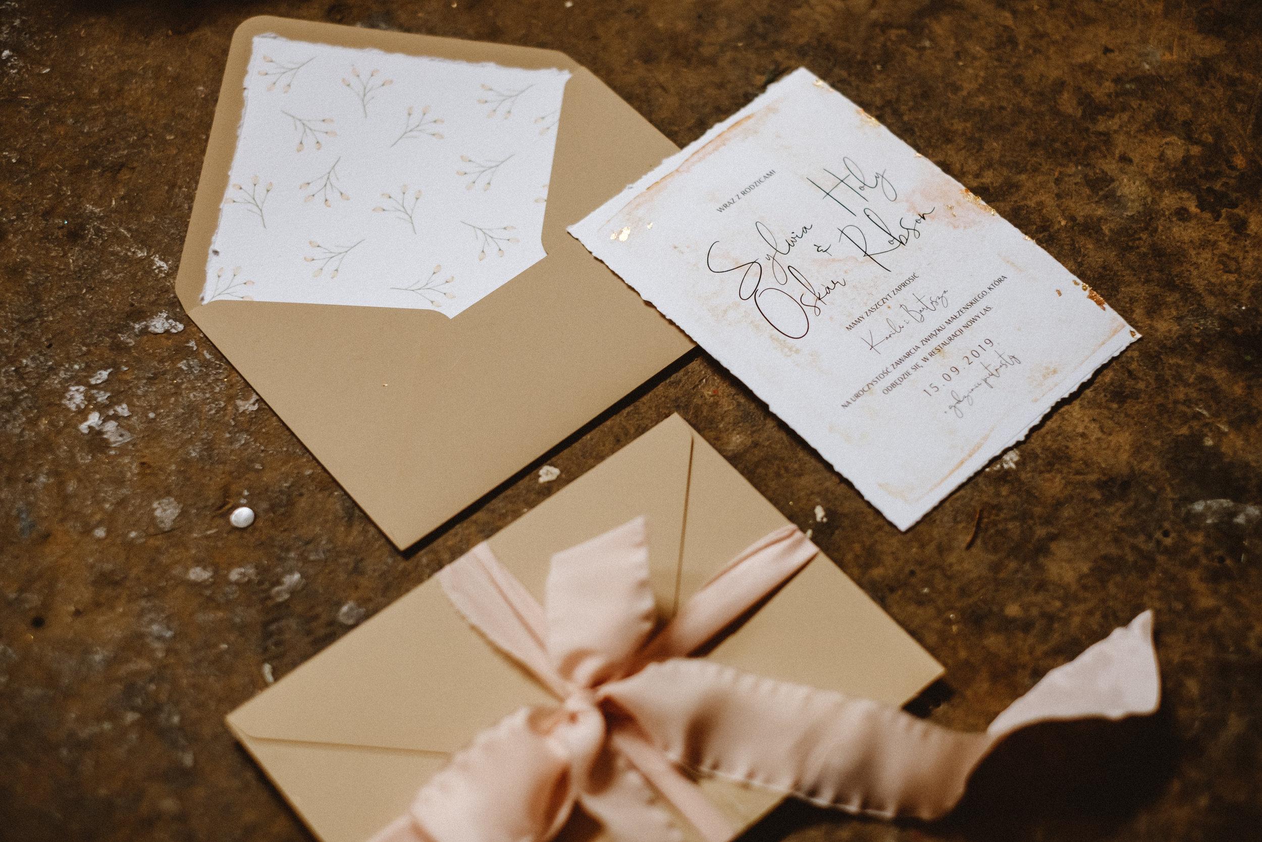 nowoczesne-zaproszenia-slubne_nietypowe_beżowe_miedziane_pudrowy-roz_różowe_eleganckie_złota-folia_papier-czerpany_co-nieco-papieru2.jpg