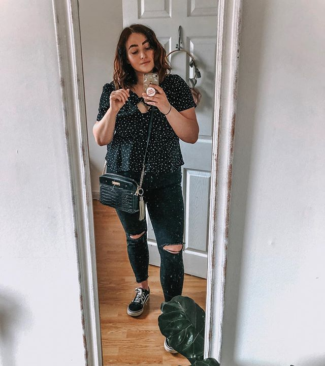 #whatmamaworemonday the clean your mirror edition featuring, a bloated period tummy {soz TMI}, inappropriate clothing for a walk/Easter egg hunt, bobble on wrist to complete the look 🙌🏼🤣 . . How's your Monday been? ❤️